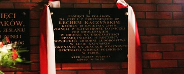 Odsłonięcie tablicy smoleńskiej w Oświęcimiu