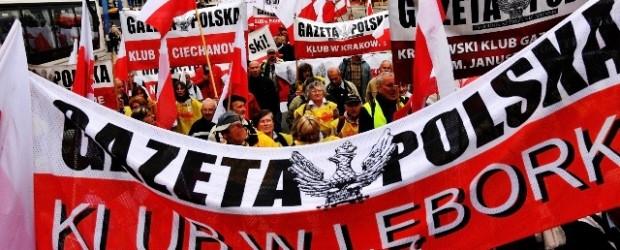 Idziemy w proteście. Tysiące członków Klubów Gazety Polskiej (wideo, fotogaleria)