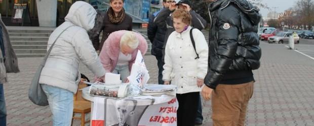 Zbieranie podpisów za nadaniem nazwy Ronda Imienia Lecha i Marii Kaczyńskich w Koninie.