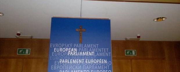 Skandal w Parlamencie Europejskim! Domagał się zwrotu krzyża, zatrzymała go policja (wideo)