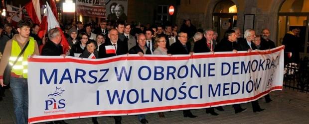 """Miesięcznica tragedii smoleńskiej oraz marsz """"W obronie demokracji i wolności mediów"""" w Krakowie"""