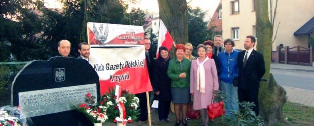 Odsłonięcie tablicy upamiętniającej tragedię smoleńską w Nowym Tomyślu