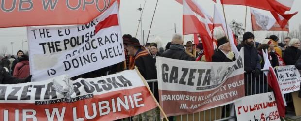 """[NOWE ZDJĘCIA od Klubu z: Piotrkowa, Krakowa, Hamburga] Bronią Polski! Manifestacja Klubów """"GP"""" przed Parlamentem Europejskim"""