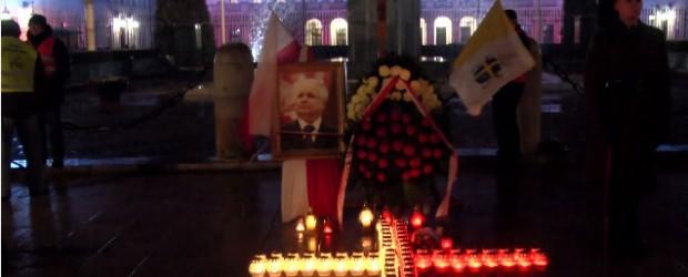 """Warszawa – """"Wiemy do jakiego kłębka prowadzą nici wszelkich zdrad i zamachów"""". 70. miesięcznica smoleńska (wideo)"""