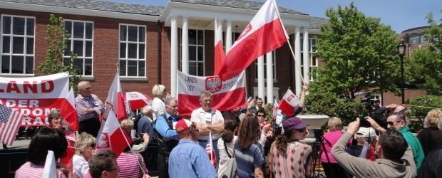 Polonia nie daruje słów Clintona – protest na wiecu, nie zabrakło Klubów Gazety Polskiej