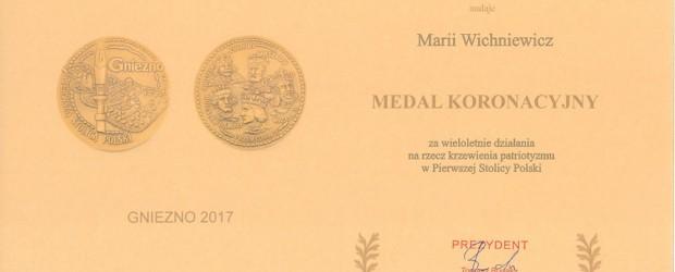 """Gniezno – Uhonorowanie przewodniczącej Klubu """"GP"""" p.Marii Wichniewicz Medalem Koronacyjnym"""