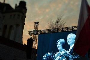 """Zadymiarze chcieli zakłócić uroczystości na Wawelu. Przeszkodzili im klubowicze """"Gazety Polskiej"""""""