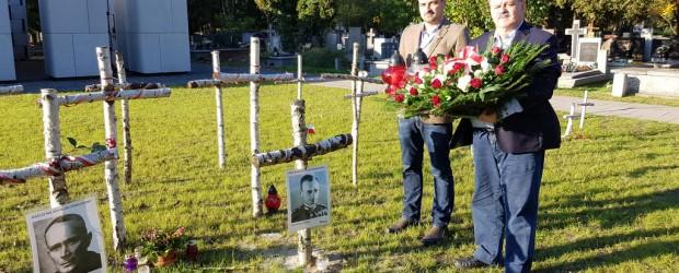 """Delegacja Klubu """"GP"""" z Nowego Jorku oraz Paryża  oddała hołd przy grobie rotmistrza Witolda Pileckiego"""