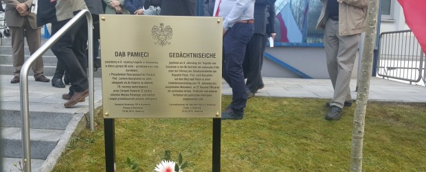 """Hamburg: Posadzenie """"Dębu Pamięci"""" oraz odsłonięcie tablicy upamiętniającej ofiary Tragedii Smoleńskiej."""