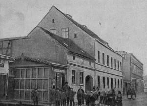 strajk młodzieży szkolnej we Wrześni - budynek szkoły. Źródło: ze zbiorów Narodowego Archiwum Cyfrowego