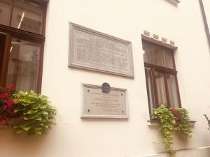 """Tablica pamiątkowa poświęcona marszałkowi Józefowi Piłsudskiemu umieszczono fragment przemówienia, jakie wygłosił podczas swojej wizyty w krakowskim magistracie w 1919 roku. / Urząd Miasta w Krakowie (foto. Fundacja Klubów """"GP"""")"""