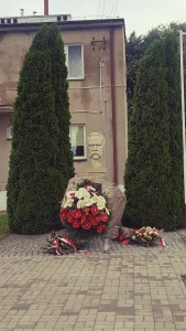 """W Jakubowicach popiersie honorowego obywatela gminy – marszałka Józefa Piłsudskiego. Stoi przed budynkiem, w którym w 1914 roku jeszcze komendant Józef Piłsudski stacjonował z legionistami. (foto. Fundacja Klubów """"GP"""")"""