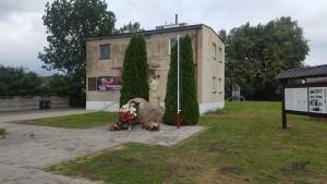 W Jakubowicach popiersie honorowego obywatela gminy – marszałka Józefa Piłsudskiego. Stoi przed budynkiem, w którym w 1914 roku jeszcze komendant Józef Piłsudski stacjonował z legionistami.