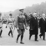 Fragment defilady. W pierwszym rzędzie idą od lewej: głównodowodzący Amerykańskich Sił Ekspedycyjnych (AEF) generał John Pershing ze zbiorów Narodowego Archiwum Cyfrowego