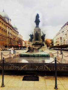 """W 1910, w 500. rocznicę zwycięskiej bitwy pod Grunwaldem wzniesiono w Krakowie pomnik Grunwaldzki, według projektu Antoniego Wiwulskiego. Powstanie pomnika finansował Ignacy Paderewski. Pomnik został zniszczony przez okupanta hitlerowskiego, w 1976 pomnik zrekonstruowano. Przed pomnikiem znajduje się marmurowa płyta Grobu Nieznanego Żołnierza.  (foto. Fundacja Klubów """"GP"""")"""