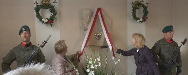 """Odsłonięcie tablicy pamiątkowej """"Serce dla Inki"""" w Gostyninie"""