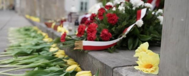 [WIDEO] Pamiętamy o Marii Kaczyńskiej. Delegacja Klubów Gazety Polskiej złożyła tulipany dla Pierwszej Damy