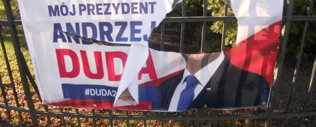 DUDA 2020 | Elbląg II: Zniszczone bannery Prezydenta Andrzeja Dudy