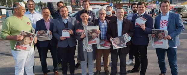 Rozdawanie Expressu Wieczornego w Łodzi