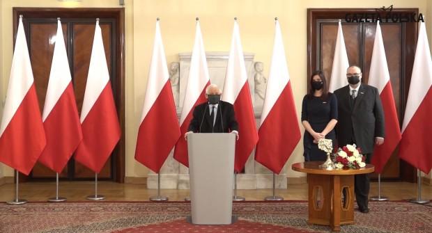 """Klubowicze zdecydowali! J. Kaczyński z nagrodą """"Człowiek Roku 2020″ Klubów Gazety Polskiej (wideo)"""